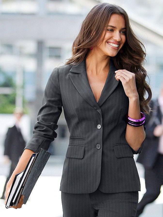 Женщина в пиджаке.