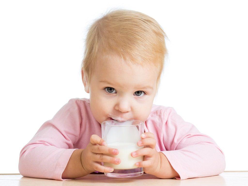 Молоко пьёт малыш.