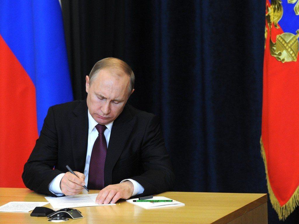 Президент подписывает прошение о помиловании.